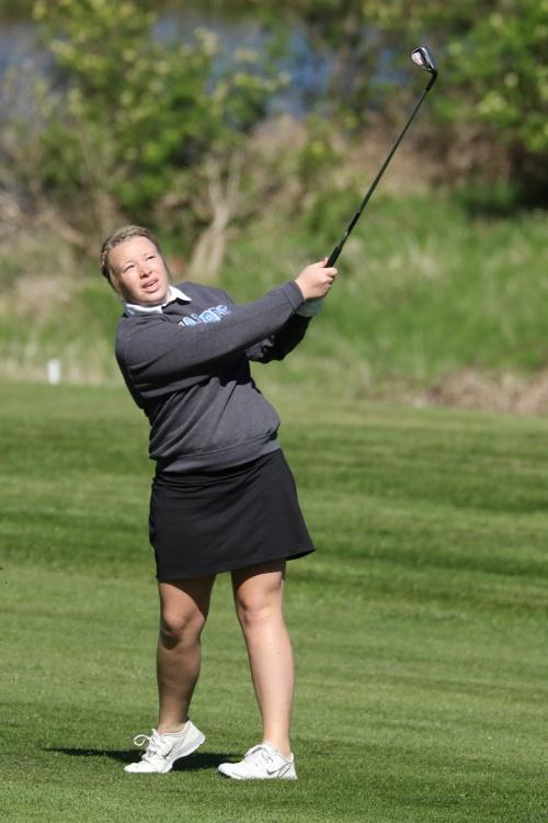 Christine Fields fires at the pin. (John Fisken photo)